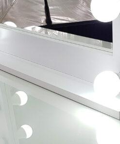 Schminkspiegel mit Beleuchtung in weiss, mit 11 Lampen.