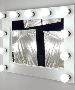Theaterspiegel von artistmirrorin weiss, mit 11 Lampen.