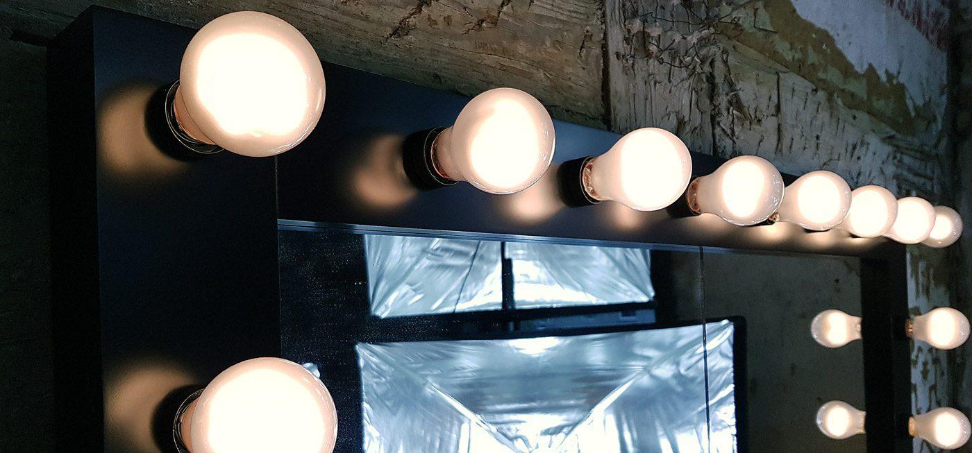 Schwarzer Theaterspiegel mit Lampen