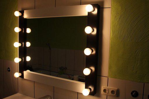 Badspiegel mit Beleuchtung 100cm breit und 80 cm hoch, in Schwarz-weiss, mit 10 Lampenfassungen E27, feuchtraumgeeignet.