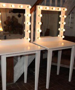 Theaterspiegel von artistmirror, 80x80cm, weiß lackiert, insgesamt 175cm hoch, mit 13 Lampen.