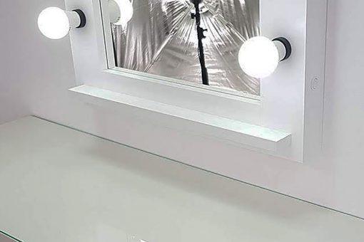 weißer Kosmetikspiegel mit Beleuchtung mit 7 Lampen.