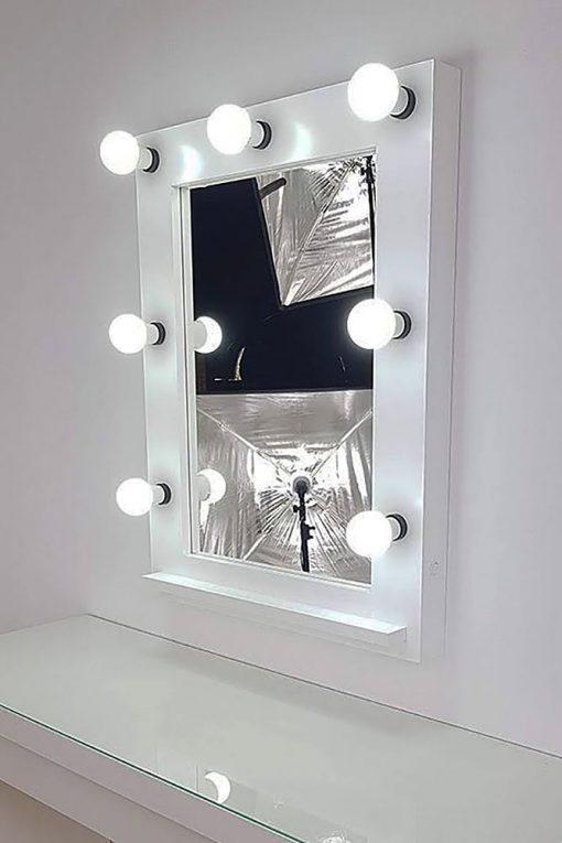 weißer Theaterspiegel von artistmirror mit 7 Lampen.