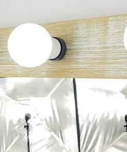 Theaterspiegel von artistmirror, aus massiver Eiche, weiss gekälkt und angeschliffen, im Hochformat.