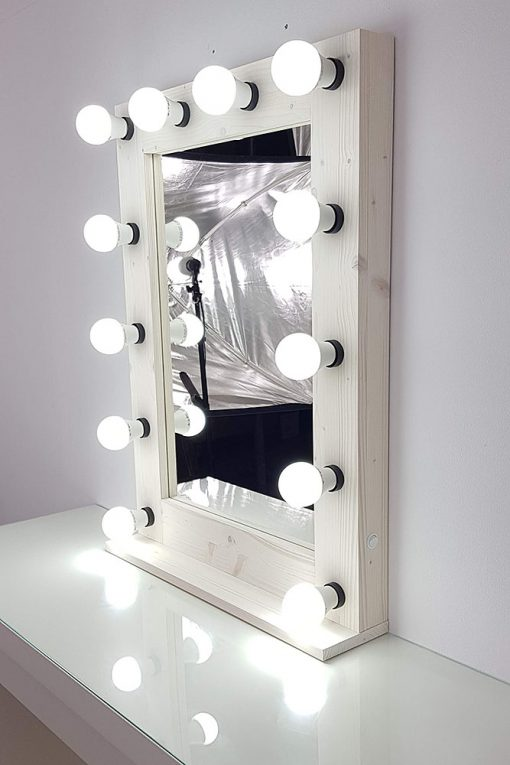 Theaterspiegel von artistmirror aus Fichte, weiß gebeizt und weiß geölt, hochkant.