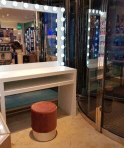Hollywoodspiegel mit Tisch, 183cm hoch, 120cm breit und 55cm tief mit 20 Lampen in weiß, von artistmirror.