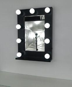 Schwarzer Theaterspiegel mit Glühbirnen mit 9 Lampen, an eine Wand.