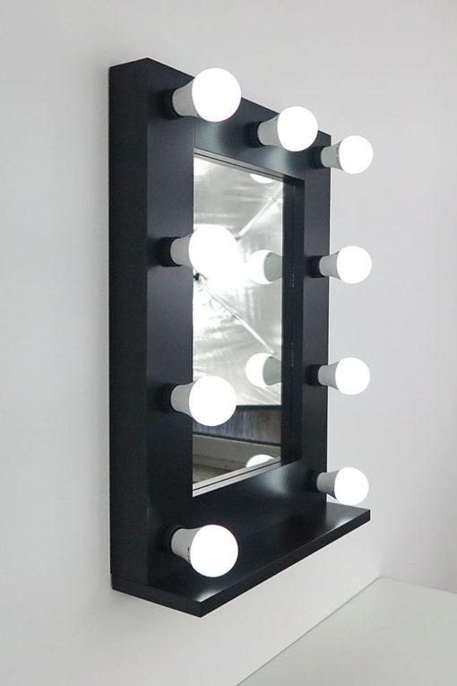 Schwarzer Schminkspiegel mit Glühbirnenmit 9 Lampen, an eine Wand.