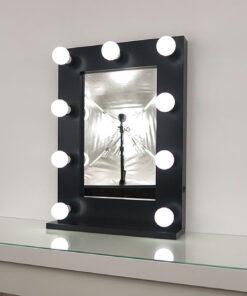 Schwarzer Schminkspiegel mit Glühbirnenmit 9 Lampen, auf einem Tisch.