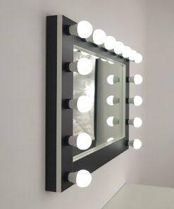 Vegg speil, stort landskapsformat, for innstilling og hengning, i svart med hvite kanter, av artistmirror. Mange funksjoner er valgbare.